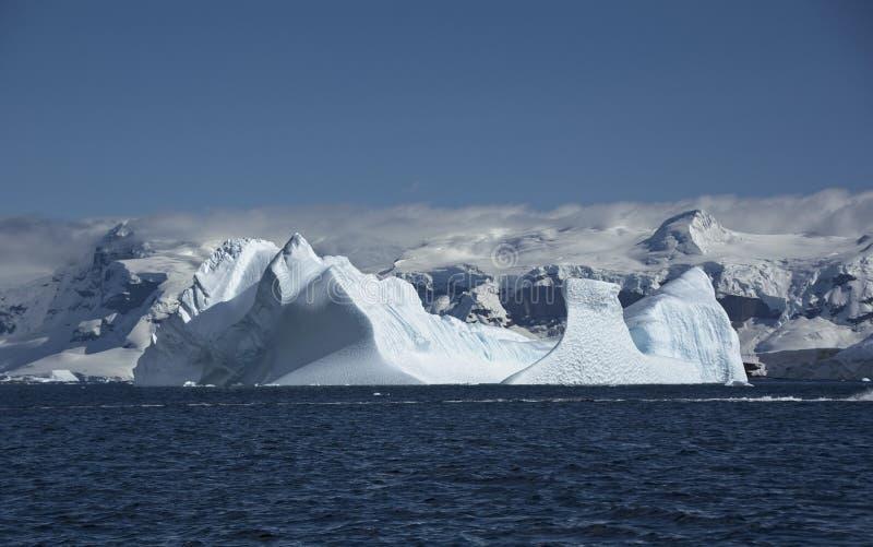 Aturdindo formações de gelo no dia antártico brilhante imagem de stock