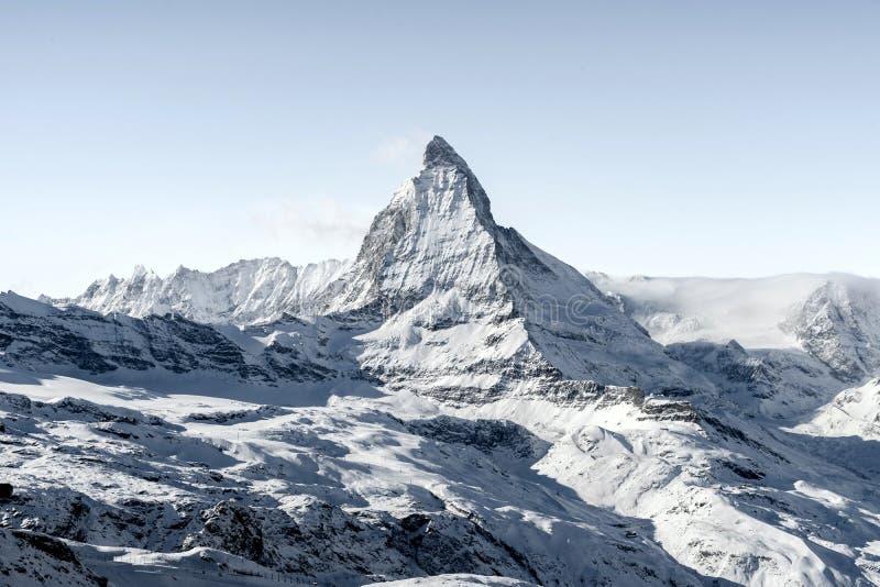 Aturdindo a ideia da paisagem da montanha de Matterhorn do inverno no dia brilhante ensolarado foto de stock