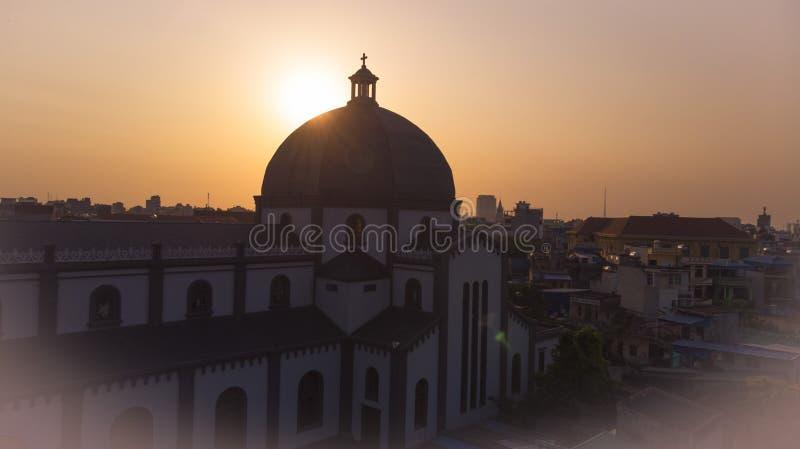 Aturdindo o por do sol na igreja da torre fotografia de stock