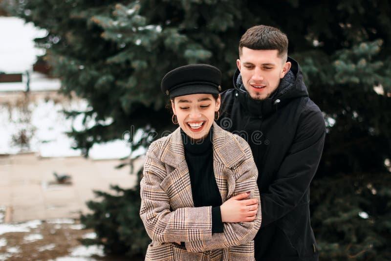 Aturdindo o retrato exterior sensual dos pares à moda novos que levantam no parque no inverno fotografia de stock
