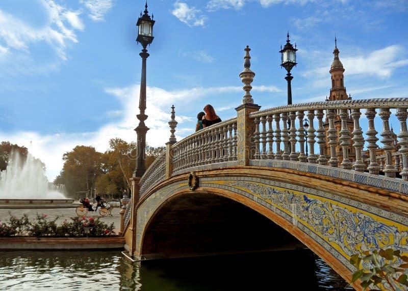 Aturdindo a ponte e a balaustrada decoradas com quadrado de Plaza de Espana dos azulejos em Sevilha, Espanha fotografia de stock royalty free