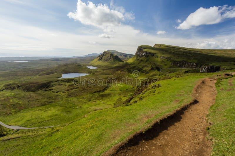 Aturdindo Quiraing arraste a vista sobre os penhascos, os lochs, e o t verdes fotografia de stock