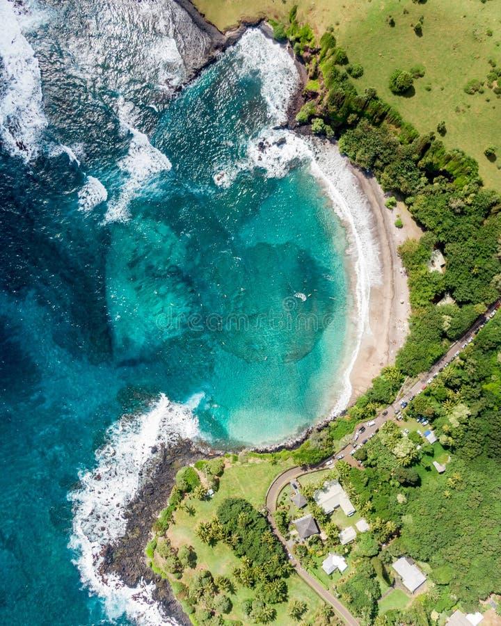 Aturdindo a vista aérea da praia de Hamoa, uma praia remota situada perto da cidade pequena de Hana na zona leste da ilha de Maui imagens de stock royalty free