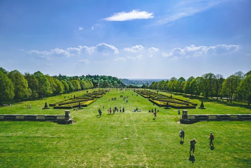 Aturdindo a vista do jardim e do campo ingleses na mola Sobre a grama verde com céu azul imagem de stock