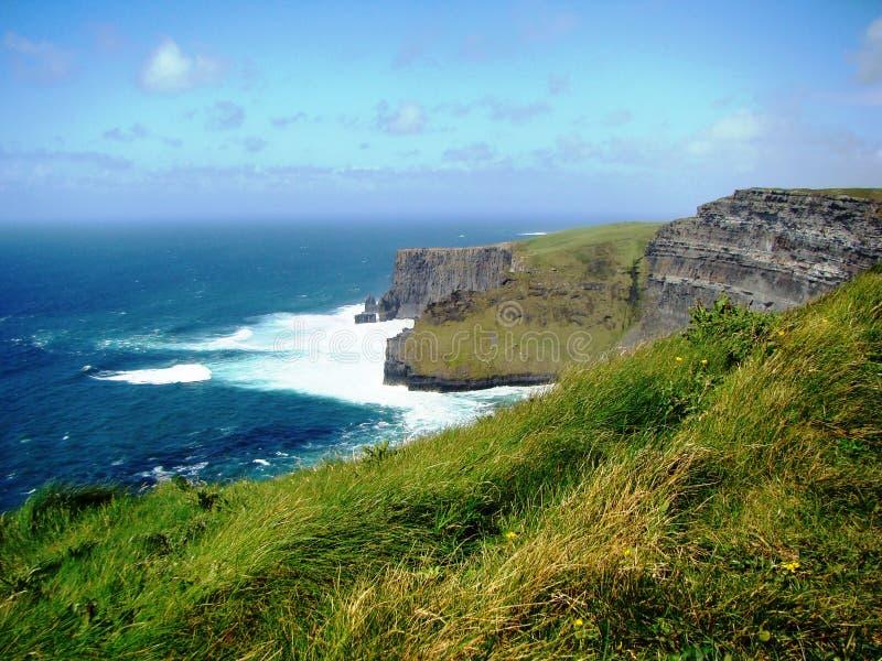 Aturdindo a vista dos penhascos da Irlanda de Moher imagem de stock
