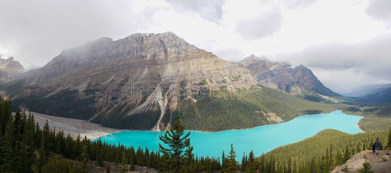 Aturdir el lago y las montañas Peyto en el parque nacional de Banff, Canadá fotografía de archivo