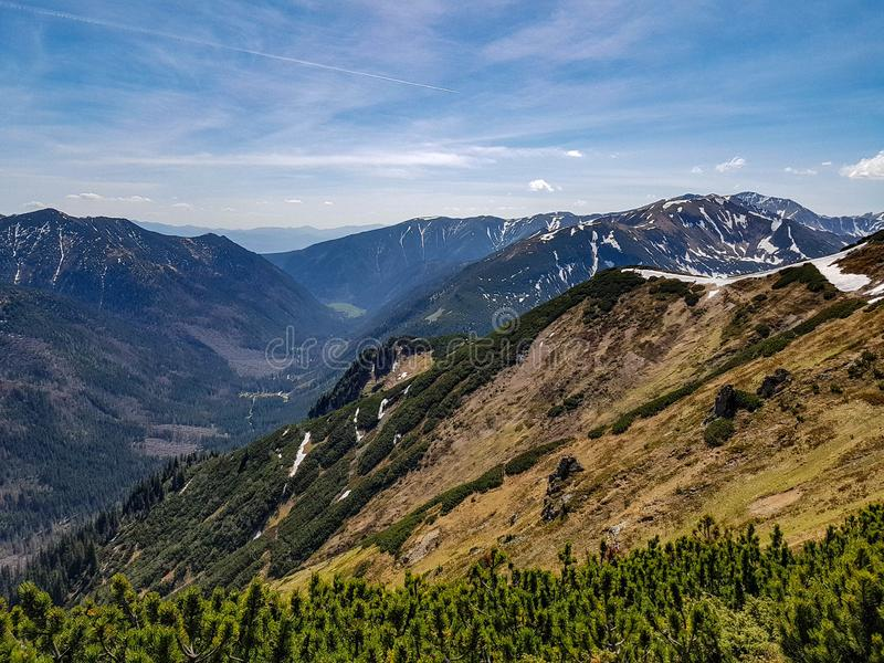 Aturdir el paisaje del parque nacional de Tatra con las montañas en día de primavera soleado con el pueblo próximo de Zakopane de fotografía de archivo libre de regalías