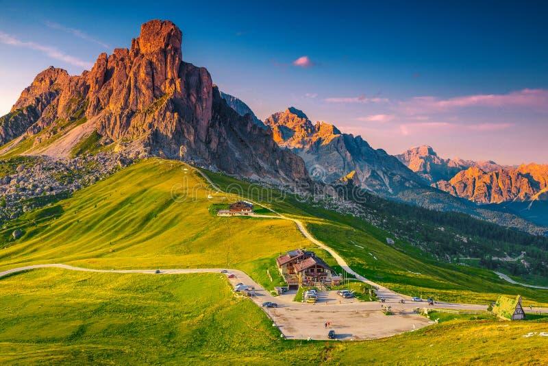 Aturdir el paso alpino con las altas montañas en la puesta del sol, dolomías, Italia fotografía de archivo libre de regalías