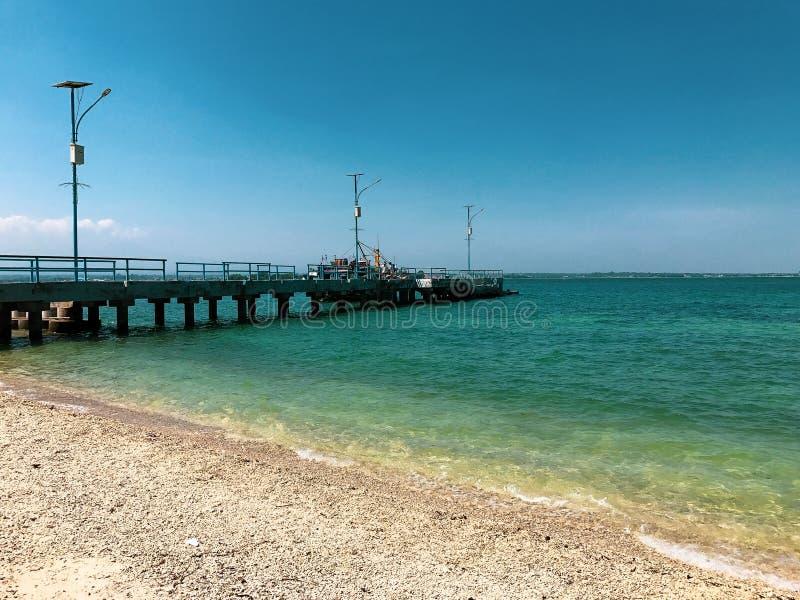 Aturdir el puente viejo de Stong en la playa fotografía de archivo