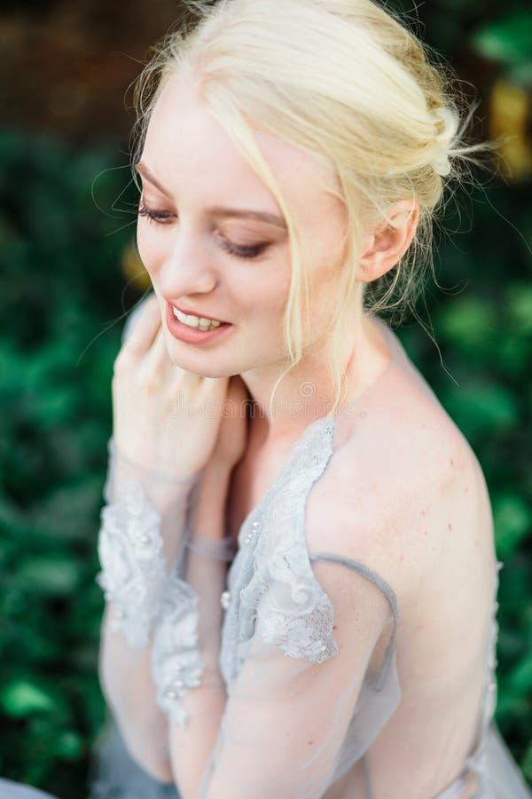 Aturdir el retrato de la novia en vestido que se casa hermoso en fondo natural imagen de archivo libre de regalías