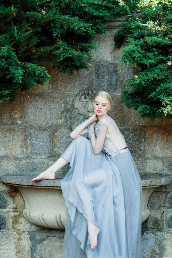 Aturdir el retrato de la novia en vestido que se casa hermoso en fondo natural imagenes de archivo