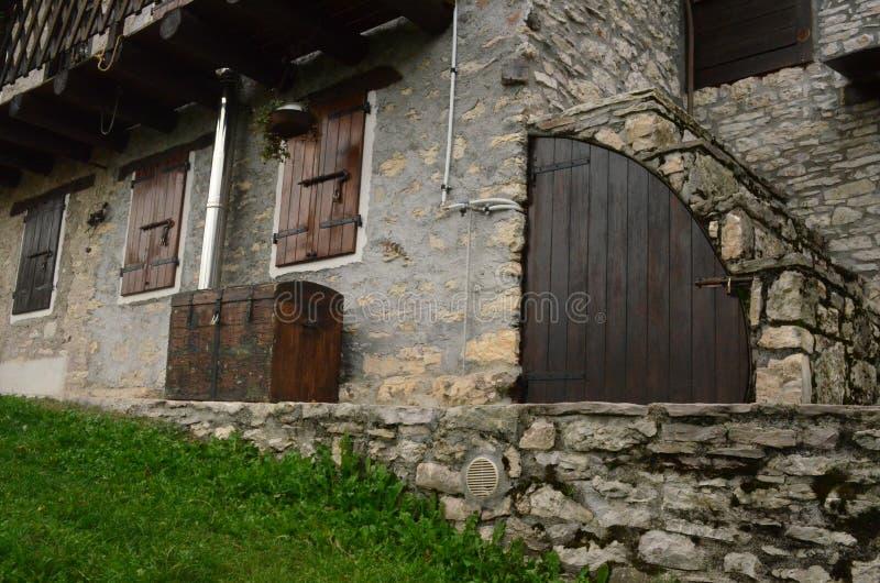 Aturdir el trabajo de madera sobre una casa en las dolomías Italia fotografía de archivo