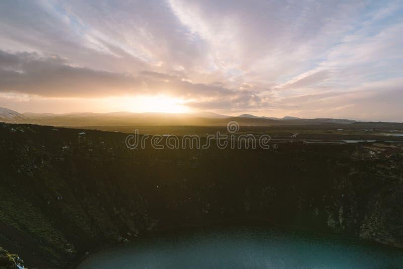 Aturdir fotografía del paisaje de Islandia Imagen del vulcano Kerid con puesta del sol De los fiordos helados a las montañas nevo foto de archivo
