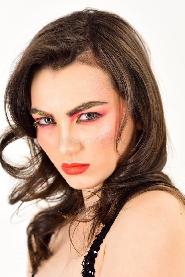 Aturdir idea inspirada del maquillaje Aplicación de los cosméticos decorativos y de maquillaje La mujer bonita lleva maquillaje c imagen de archivo libre de regalías
