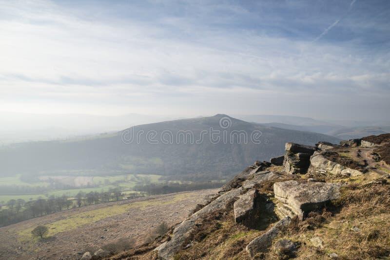 Aturdir a imagem da paisagem do inverno do distrito máximo em Inglaterra viu da borda de Bamford com perde o monte e o Tor de Mam imagem de stock