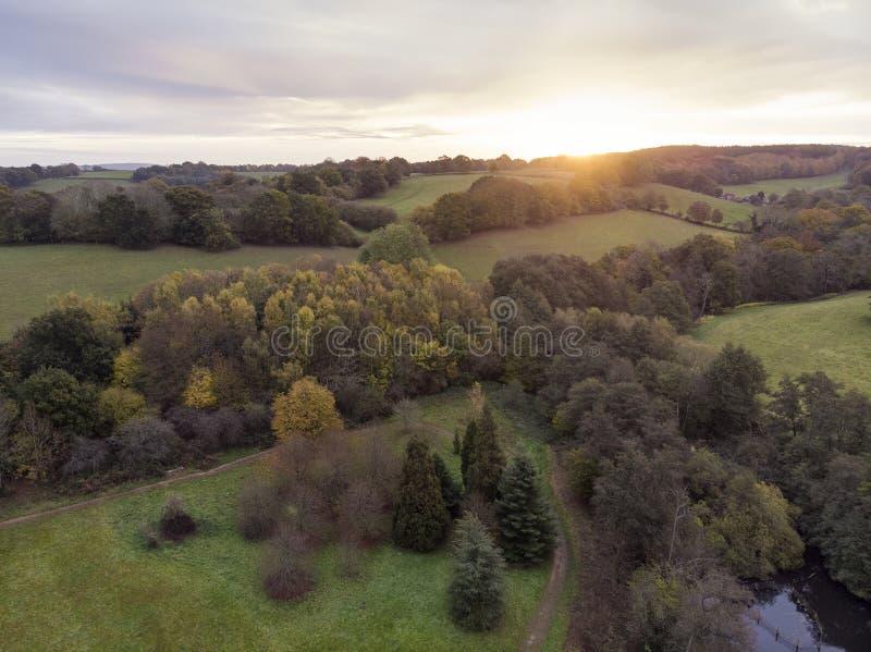 Aturdir imagen aérea del paisaje del abejón del paisaje vibrante colorido imponente del campo de Autumn Fall English fotografía de archivo libre de regalías
