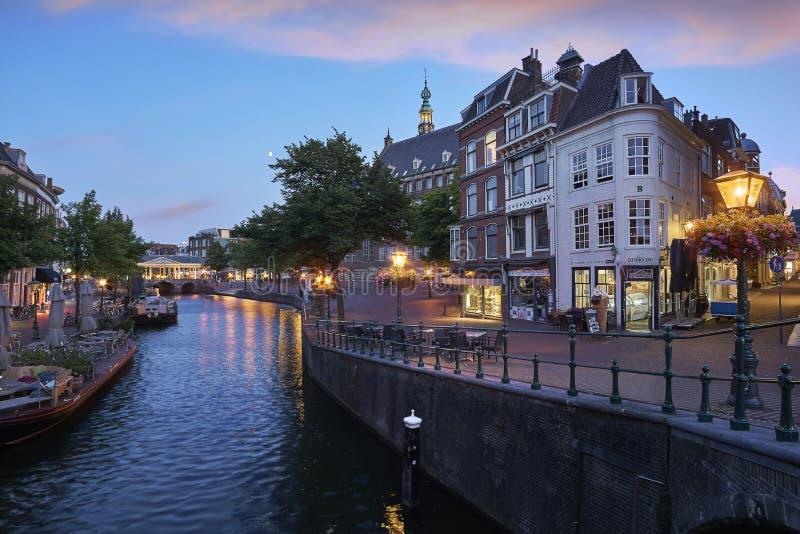 Aturdir la imagen azul de la hora del centro de ciudad histórico de Leiden con el nuevos canal y puente de Koorn en la puesta del imágenes de archivo libres de regalías