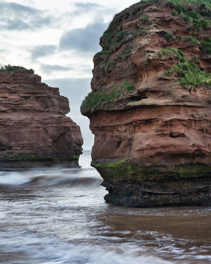 Aturdir la imagen del paisaje de la salida del sol de la playa de la bahía de Ladram en Devon England con las pilas hermosas de l fotos de archivo
