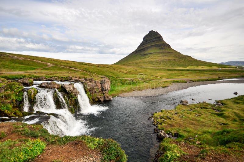 Aturdir la montaña del kirkjufell de Islandia con la cascada fotografía de archivo libre de regalías