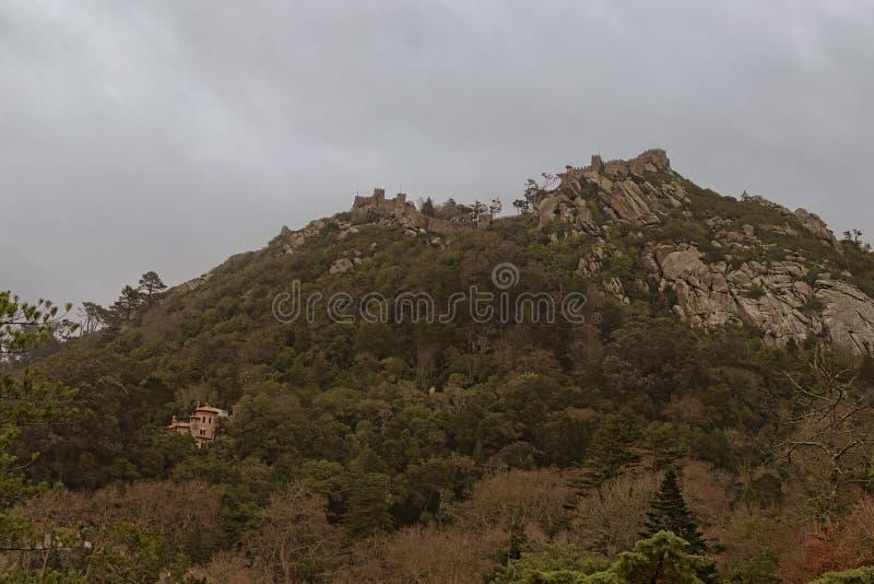 Aturdir la opinión del paisaje del castillo de amarra en día lluvioso Fortaleza antigua en el top de la montaña imagen de archivo libre de regalías