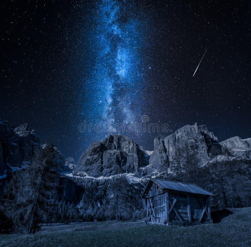 Aturdir la vía láctea sobre el valle en dolomías, Italia imagen de archivo libre de regalías