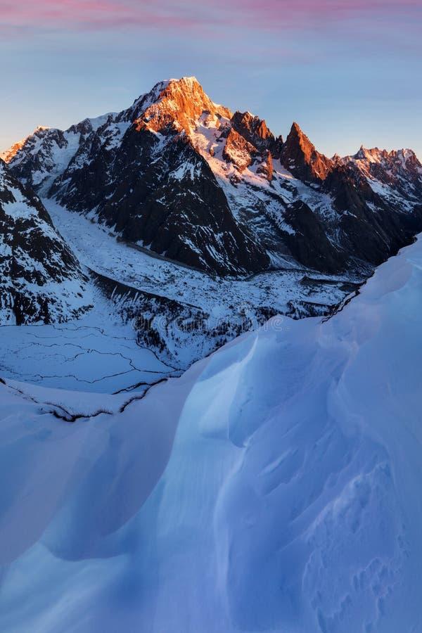 Aturdir la vista del macizo de Mont Blanc y de sus glaciares de fusión Aventuras del invierno en las montañas francesas italianas foto de archivo libre de regalías