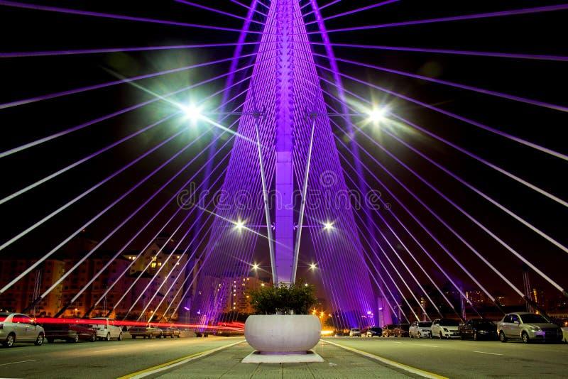 Aturdir la vista nocturna de Seri Wawasan Bridge en Putrajaya imagen de archivo libre de regalías
