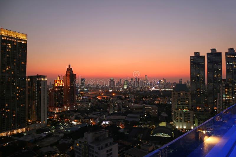 Aturdir la vista panorámica del centro de la ciudad de Bangkok con el cielo vibrante de la puesta del sol del color en el context imagenes de archivo