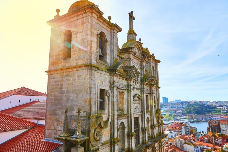 Aturdir la vista a?rea panor?mica de edificios hist?ricos tradicionales en Oporto Casas del vintage con los tejados de teja roja  imágenes de archivo libres de regalías