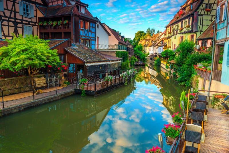 Aturdir las fachadas coloridas medievales que reflejan en agua, Colmar, Francia, Europa fotos de archivo libres de regalías
