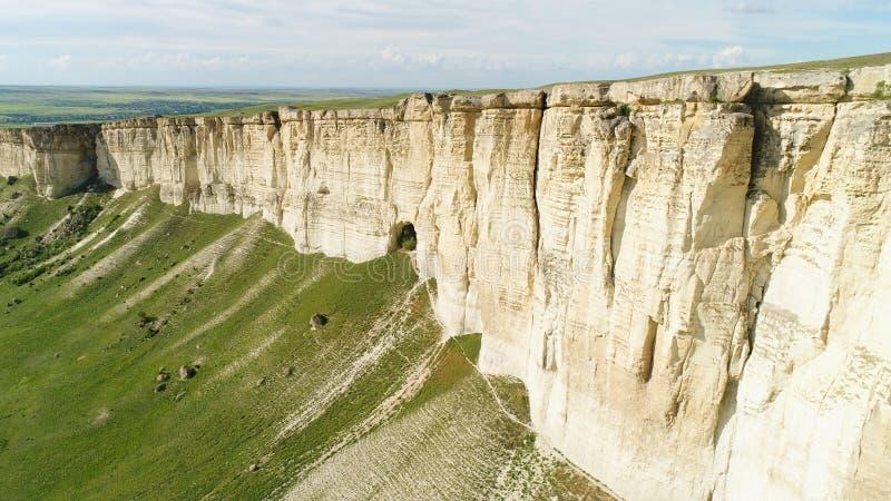 Aturdir paisaje de la roca blanca en Crimea con el prado verde claro en el pie tiro Antena para la monta?a hermosa fotos de archivo libres de regalías