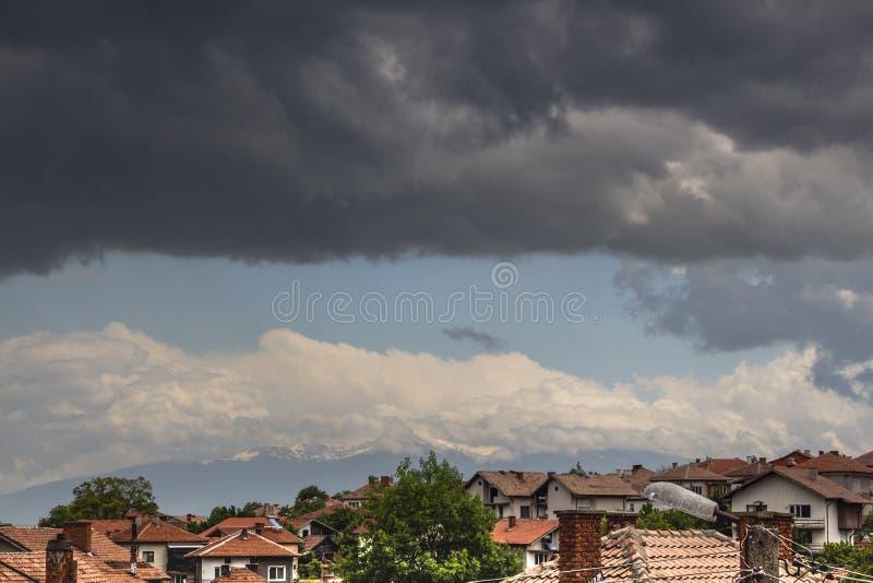 Aturdir paisaje nublado sobre el pueblo de Slokoshtitsa, Bulgaria fotografía de archivo libre de regalías