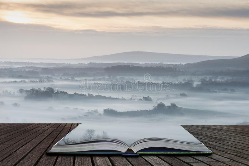 Aturdir paisaje rural inglés de niebla en la salida del sol en invierno con las capas que ruedan a través de los campos que salen foto de archivo libre de regalías
