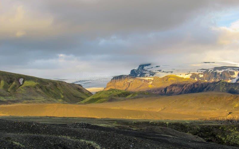 Aturdir puesta del sol con y el glaciar de Myrdalsjokull, caldera de Katla, Botnar-Ermstur, rastro de Laugavegur, Islandia meridi imágenes de archivo libres de regalías