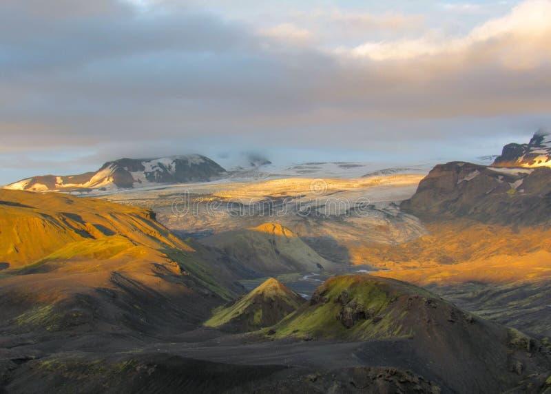 Aturdir puesta del sol con y el glaciar de Myrdalsjokull, caldera de Katla, Botnar-Ermstur, rastro de Laugavegur, Islandia meridi imagen de archivo