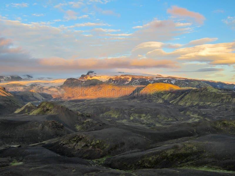 Aturdir puesta del sol con y el glaciar de Myrdalsjokull, caldera de Katla, Botnar-Ermstur, rastro de Laugavegur, Islandia meridi fotografía de archivo