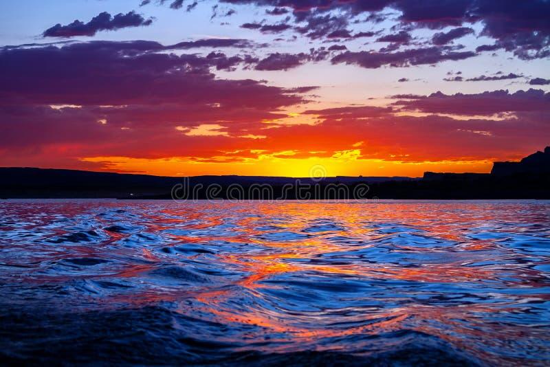 Aturdir rosa y puesta del sol azul en el agua en el lago Powell bay de Wahweap foto de archivo libre de regalías