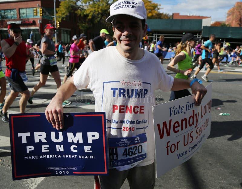 Atutowy zwolennik z politycznymi znakami biega przy Miasto Nowy Jork maratonem fotografia stock