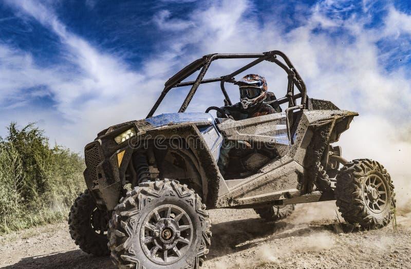 ATV冒险 在泥铺跑道的多虫的极端乘驾 UTV 免版税库存图片