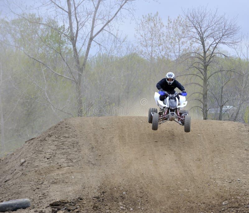 atv грязи езды гонщика холма вниз стоковые фото