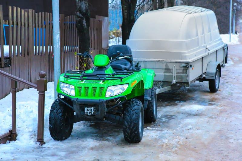 ATV avec la remorque en hiver image libre de droits