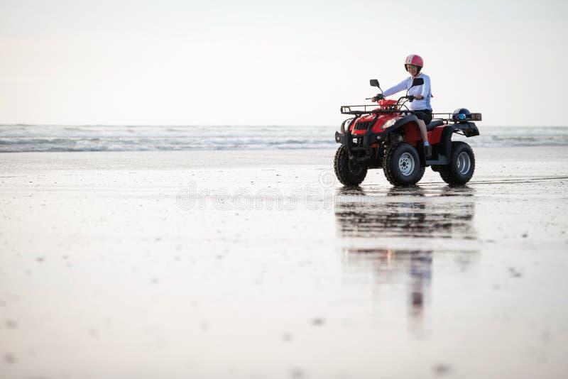 ATV-bestuurder op het strand stock afbeeldingen
