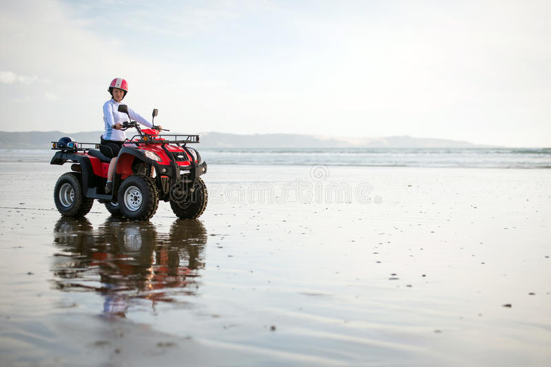 ATV-bestuurder op het strand stock fotografie