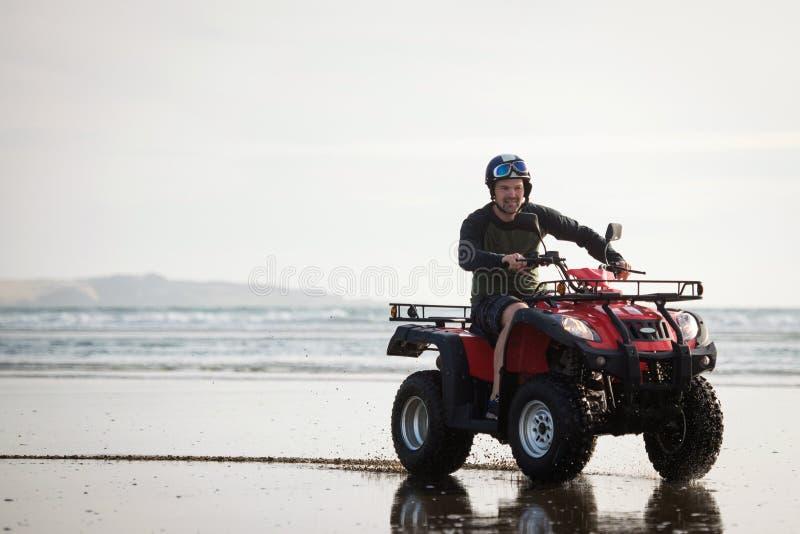 ATV-bestuurder op het strand royalty-vrije stock foto's