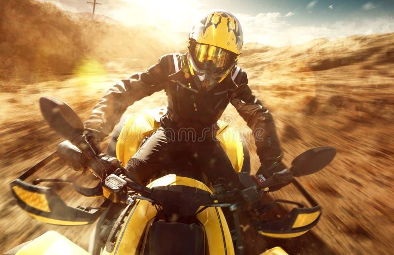 ATV-driver op volledige snelheid stock fotografie