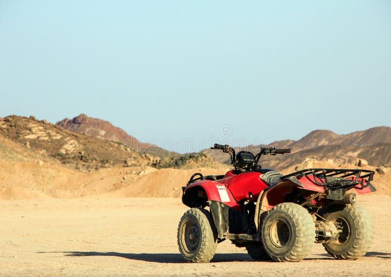 ATV i öknen mot bakgrunden av bergen Safari på kvadratcyklar royaltyfri bild