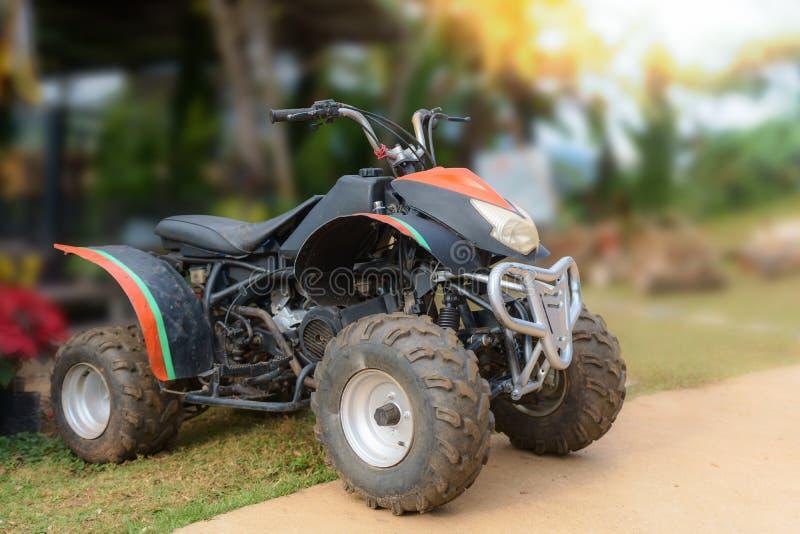 ATV-Motorrad für Mietservice am Erholungsort mit Berg n lizenzfreie stockfotos