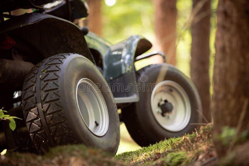 ATV parkujący w parking w lasowej dobrej pogodzie obraz stock