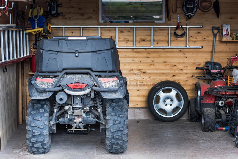 ATV quadbike停放了在车库在乘驾以后 库存照片