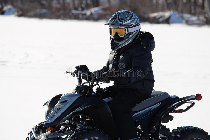 ATVing en hiver sur Windy Day photos libres de droits